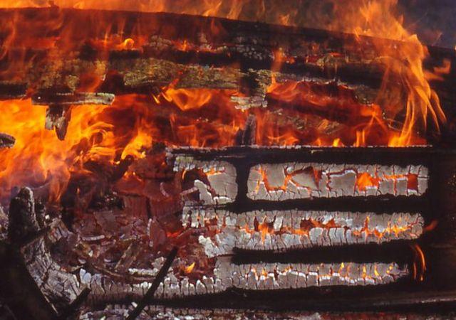 Holzpirat-in-Flammen