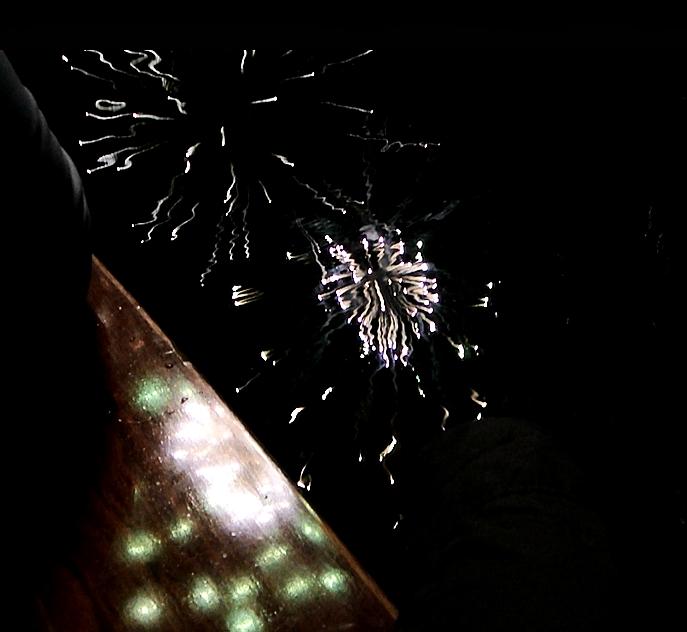 flame2-Feuerwerk-auf-dem-Holzdeck
