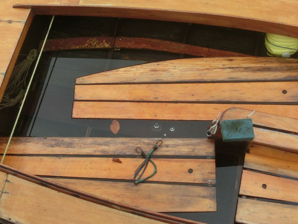 Aufschwimmende Bodenbretter Holzjolle